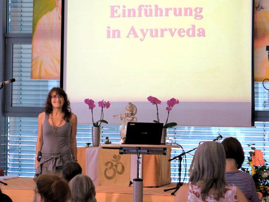 Wie kann Ayurveda Antworten auf die Herausforderungen der heutigen Zeit geben? Ein Vortrag von Julia Lang.